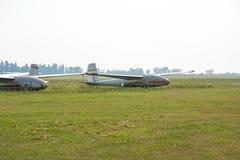 Oude zweefvliegtuigen op het vliegveld royalty-vrije stock afbeeldingen