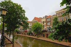 ` oudegracht `运河在乌得勒支,有典型的荷兰房子的,当地窖出来在一个老码头 库存图片