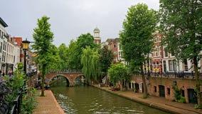 ` oudegracht `运河码头在乌得勒支,有典型的荷兰房子的,当地窖出来在一个老码头 免版税库存照片