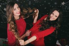 Oudejaarsavond van twee mooie jonge vrouwen Stock Afbeeldingen