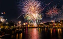 Oudejaarsavondvuurwerk over de Amstel-Rivier in Amsterdam, Noord-Holland, Nederland royalty-vrije stock foto