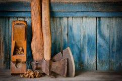 Ouder assen, vliegtuig en spaanders op een blauwe houten achtergrond, met ruimte voor tekst Royalty-vrije Stock Fotografie