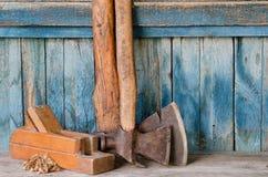 Ouder assen, vliegtuig en spaanders op een blauwe houten achtergrond, met ruimte voor tekst Royalty-vrije Stock Afbeelding
