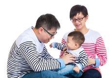 Ouder die pret met babyzoon hebben royalty-vrije stock fotografie