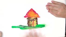 Ouder en kindhandverf samen met vinger een huis, perfect die huis met liefde wordt ontworpen stock video