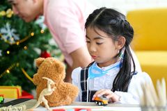 Ouder en weinig kind die pret hebben die onderwijsspeelgoed, Fami spelen royalty-vrije stock fotografie