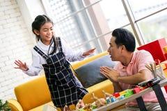 Ouder en weinig kind die pret hebben die onderwijsspeelgoed, Fami spelen royalty-vrije stock foto