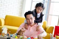 Ouder en weinig kind die pret hebben die onderwijsspeelgoed, Fami spelen stock afbeelding