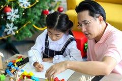 Ouder en weinig kind die pret hebben die onderwijsspeelgoed, Fami spelen royalty-vrije stock foto's