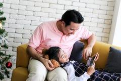 Ouder en weinig kind die pret hebben die onderwijsspeelgoed, Fami spelen royalty-vrije stock afbeelding