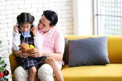 Ouder en weinig kind die pret hebben die onderwijsspeelgoed, Fami spelen stock fotografie