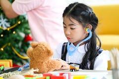 Ouder en weinig kind die pret hebben die onderwijsspeelgoed, Familieconcept spelen stock foto