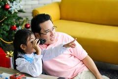 Ouder en weinig kind die pret hebben die onderwijsspeelgoed, Familieconcept spelen royalty-vrije stock afbeeldingen