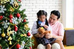 Ouder en weinig kind die pret hebben die onderwijsspeelgoed, Familieconcept spelen stock fotografie