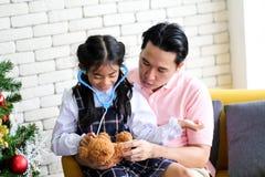Ouder en weinig kind die pret hebben die onderwijsspeelgoed, Familieconcept spelen royalty-vrije stock fotografie