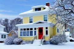 Ouder huis in de sneeuw royalty-vrije stock foto