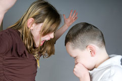 Ouder meisje dat bij jongen schreeuwt Stock Fotografie