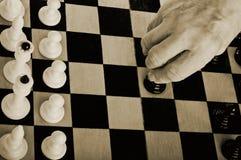 Ouder mens het spelen schaak Stock Foto's