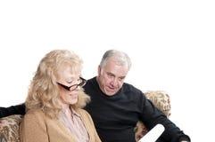 Ouder paar dat over rekeningen gaat Royalty-vrije Stock Afbeeldingen