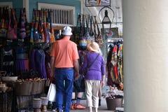 Ouder paar die bij een open markt doorbladeren Royalty-vrije Stock Foto's