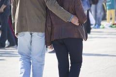Ouder paar die op een promenade op een zonnige dag lopen stock fotografie