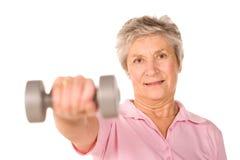 Oudere hogere dame het opheffen gewichten Royalty-vrije Stock Foto