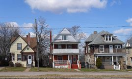 Oudere huizen in Amerikaanse voorstad stock foto