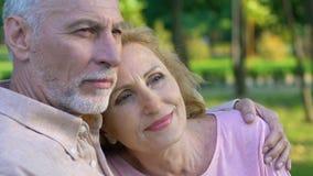 Oudere man en vrouw die rust en gelukkige tijd samen, zitting en het koesteren hebben stock footage