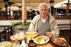 Oudere mens bij restaurant Royalty-vrije Stock Foto