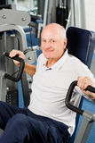 Oudere mens die bij de gymnastiek uitoefent Stock Afbeeldingen