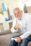 Oudere mens die duim met computerspel opgeeft Royalty-vrije Stock Foto's
