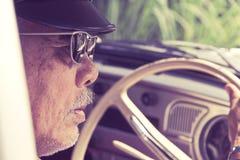 Oudere mens die een auto drijven royalty-vrije stock afbeelding