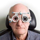 Oudere mens die oogonderzoek heeft Royalty-vrije Stock Afbeelding