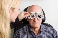 Oudere mens die oogonderzoek heeft Royalty-vrije Stock Foto