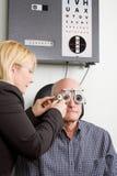 Oudere mens die oogonderzoek heeft Stock Foto