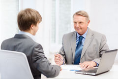 Oudere mens en jonge mens die vergadering in bureau hebben Stock Afbeeldingen
