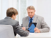 Oudere mens en jonge mens met tabletpc Stock Foto