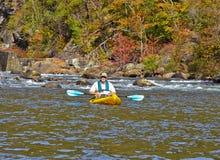 Oudere Mens Kayaking in de Herfst Royalty-vrije Stock Foto's