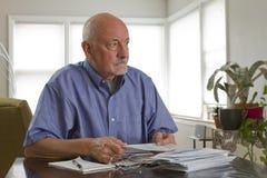 Oudere mens met horizontale voorschriftmedicijnen, royalty-vrije stock afbeelding