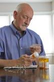 Oudere mens met verticale voorschriftmedicijnen, royalty-vrije stock foto's