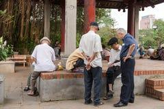 Oudere mensen die straatschaak spelen Stock Foto's