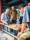 Oudere mensen die traditioneel Chinees schaak spelen royalty-vrije stock foto