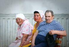 Oudere mensen: drie Russische gepensioneerden op een bank Royalty-vrije Stock Fotografie