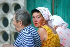Oudere mensen: drie Russische gepensioneerden op een bank dichtbij de ingang van een flatgebouw Stock Foto's