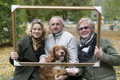 Oudere mensen met haar dochter en hond stock afbeelding