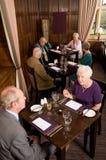 Oudere paren in restaurant stock afbeelding