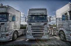 Oudere Scania-vrachtwagens buiten de garage royalty-vrije stock fotografie