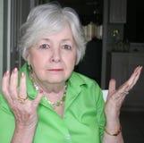Oudere vrouw die beide handen steunt Stock Foto's