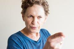 Oudere vrouw die vinger richten Stock Afbeelding