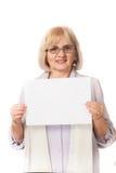 Oudere vrouw die wit karton houdt Stock Afbeeldingen